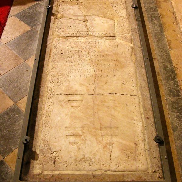 Làpida de la tomba de Roger de Llúria abans d'iniciar el estudis i la restauració (Autor: Carme Subiranas)