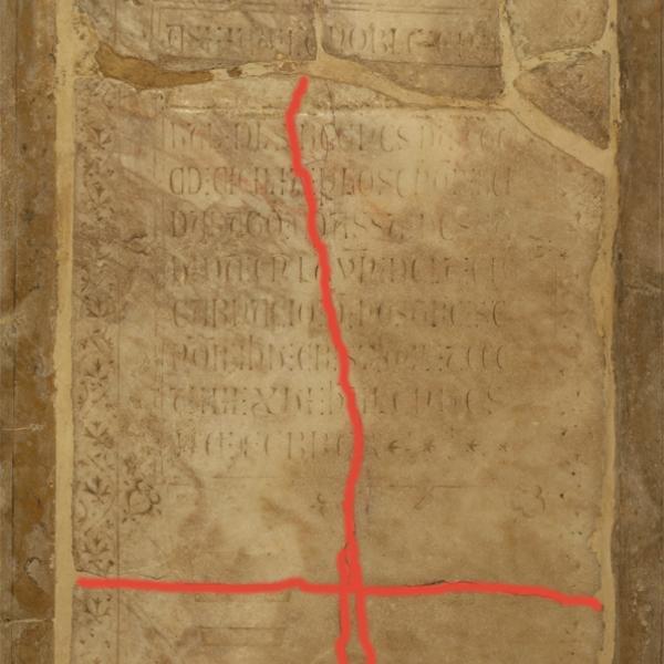 Línia de trencament transversal i fissures verticals existents a la làpida de Roger de Llúria abans de l'actuació (Autor: Javier Chillida)