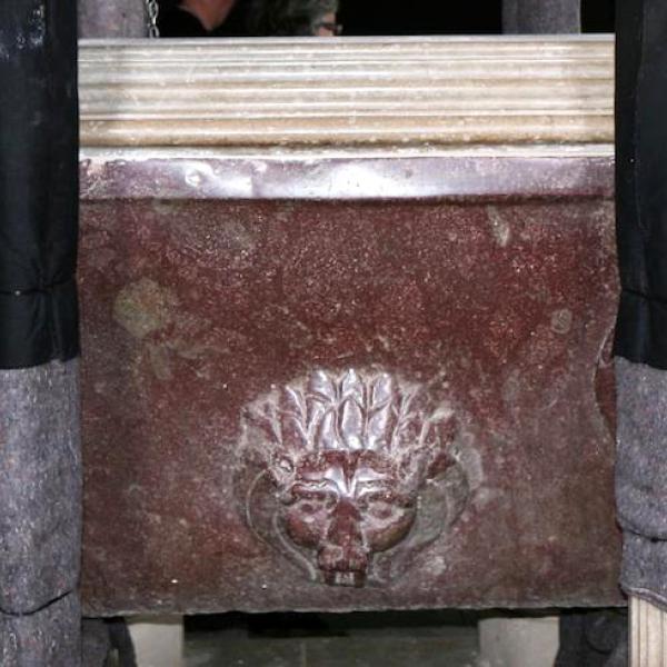 La banyera de pòrfir de la tomba de Pere el Gran (Autor: Marisol Cidrás)