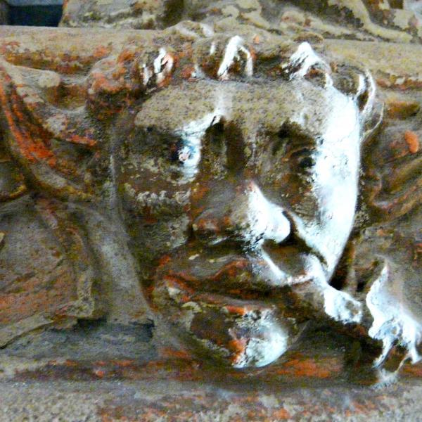 Detall del cap del dimoni, present en el treball escultòric del sòcol de l'urna reliquiari (Autor: Carme Subiranas)