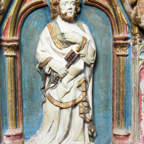 Detall del vestit d'un dels sants que el pintor Andreu Satorre va optar per no policromar i deixar a la vista la pedra (Autor: Javier Chillida)