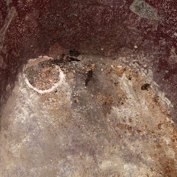 Detall des de l'interiordel tap de desguàs existent al lateral est de la banyera (Autors: Carles Aymerich i Ramon Maroto Centre de Restauració de Béns Mobles de Catalunya – Javier Chillida)