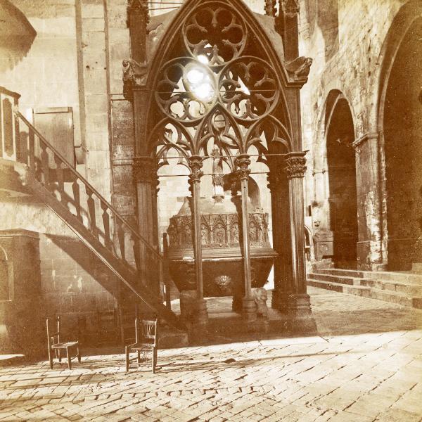 Sepulcre de Pere el Gran i vistes del paviment del creuer, Barcelona 1922 (Arxivador 238: Gòtic. Escultura funerària (núm. d'entrada 41222; hi ha un altre exemplar amb núm. d'entrada 48765). Fotografia també conservada a la Diputació de Barcelona, Servei del Patrimoni Arquitectònic Local. Arxiu documental. Donatiu Llatas, núm. entrada 3511 i núm. clixé 187988 D). Fotografia Llatas.)