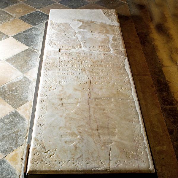 Làpida del sepulcre de Roger de Llúria (Autor: Pepo Segura)