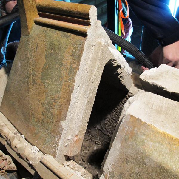 Tapa de l'urna superior, amb la part reposada de maó al segle XIX (Autor: Javier Chillida, Carme Subiranas)