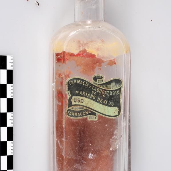 L'ampolla de vidre existent dins l'urna (Autors: Carles Aymerich i Ramon Maroto Centre de Restauració de Béns Mobles de Catalunya)