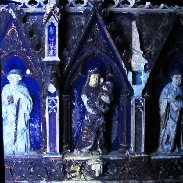 Fotografies amb llum ultraviolada sobre les escultures pintades de l'urna superior (Autor: Carles Aymerich Centre de Restauració de Béns Mobles de Catalunya)