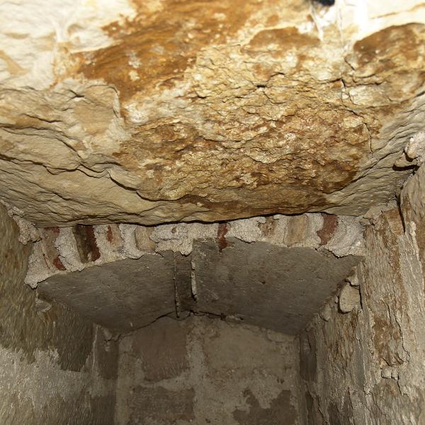 Vista des de l'interior de les lloses de cobriment (Autor: Maria Pujals)