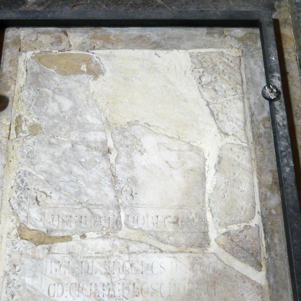 Detall del terç superior amb els fragments col·locats en una restauració anterior (Autor: Javier Chillida)