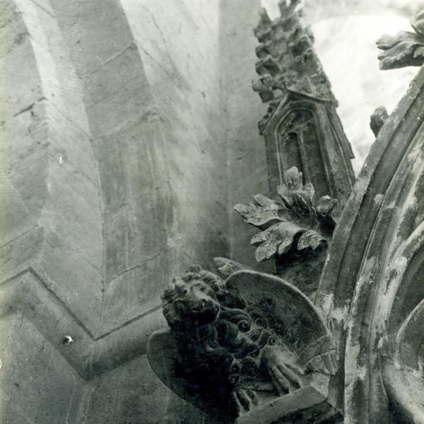 Detall del sepulcre de Jaume II i Blanca d'Anjou on s'aprecien les consolidacions fetes al baldaquí, v. 1891 (Arxiu Històric del Col•legi d'Arquitectes de Catalunya, Fons Lluís Domènech i Montaner, c1667/ 3.2.50)