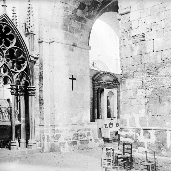 Capelles a la banda interna d'una de les naus laterals, 1912-1924 (Autor: F. Blasi i Vallespinosa. Centre Excursionista de Catalunya. Arxiu Fotogràfic, núm. reg.19089)