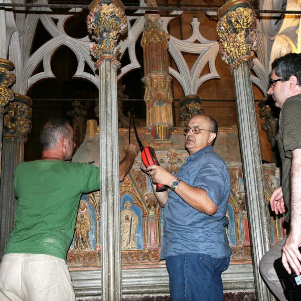 Inspecció de l'urna superior de la tomba amb el videoendoscopi a través de la zona reconstruïda de la tapa (Autor: Margarida Sala)