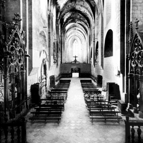 Vista de la nau central de l'església amb el cor. Al transsepte, les tombes reials de Pere II el Gran (dreta) i de Jaume II i Blanca d'Anjou. Vers el 1905 (Fotografia: Arxiu particular)