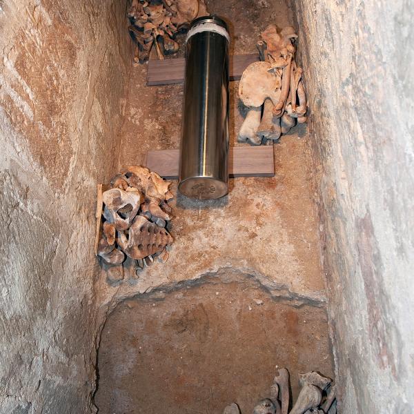 Càpsula del temps dipositada dins el sepulcre de Roger de Llúria (Autors: Carles Aymerich i Ramon Maroto Centre de Restauració de Béns Mobles de Catalunya)