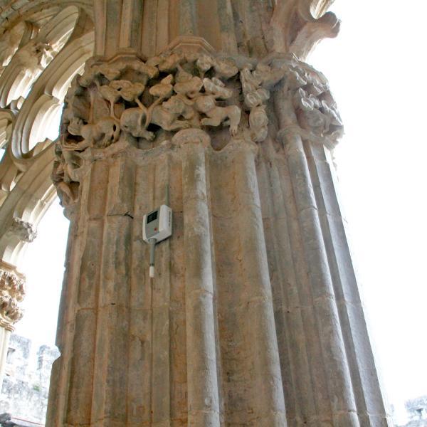 Sonda i datalogger col·locat en una de les columnes de l'ala est del claustre (Autor: Marina Miquel)