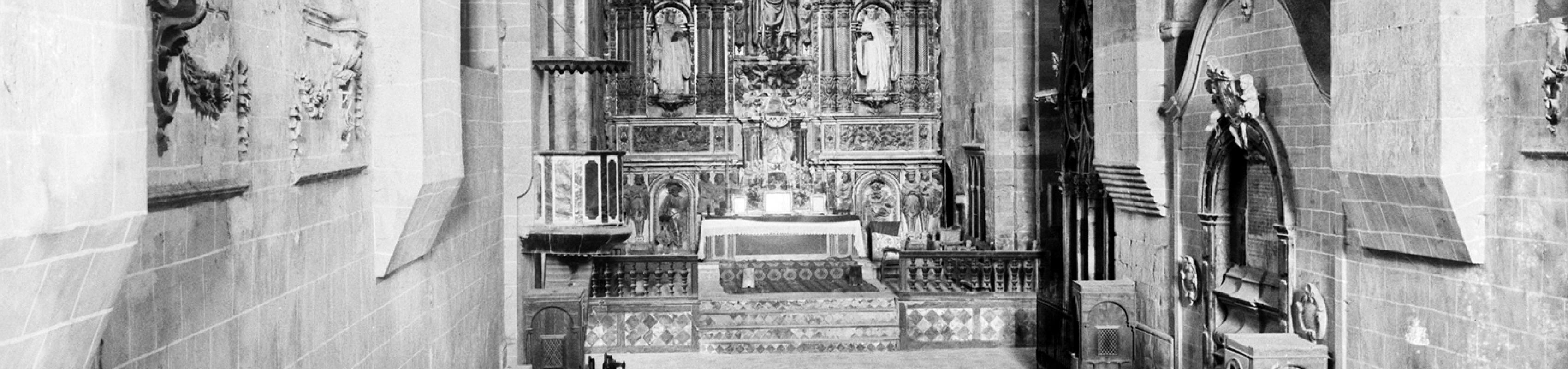 La nau central, el sepulcre dels Montcada a la dreta i el trànsit entre naus tapiades, v. 1890 (Centre Excursionista de Catalunya. Arxiu Fotogràfic, núm. reg. 6855)