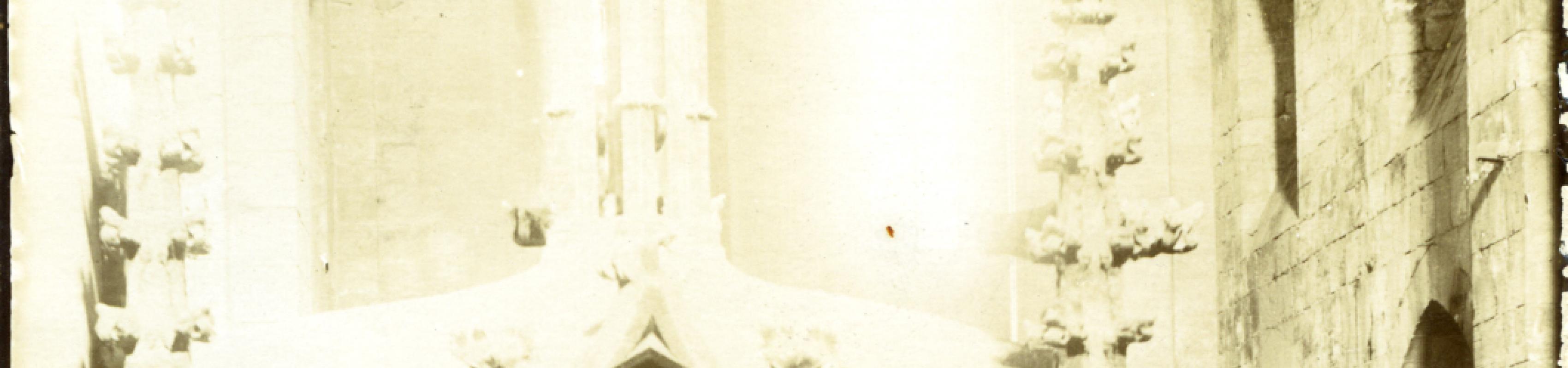 Fotografia dels fons Rubió i Bellver on podem veure la llarga escala que li va deixar el rector per poder accedir al monument. COAC. Fons Rubió i Bellver (C/1849/3.5.12).